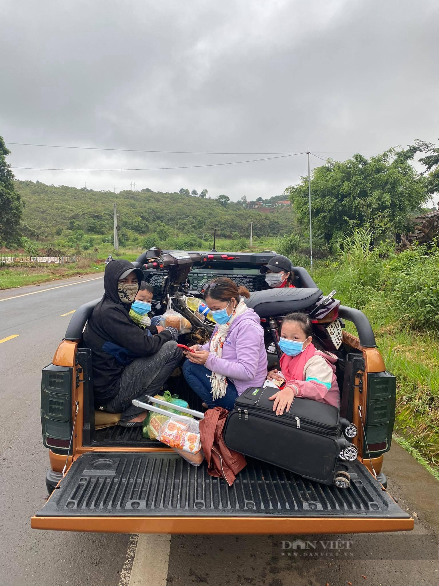 Đắk Nông: 2 vợ chồng trẻ hoảng loạn khi bị hư xe giữa đêm mưa được tặng xe máy mới về quê - Ảnh 1.