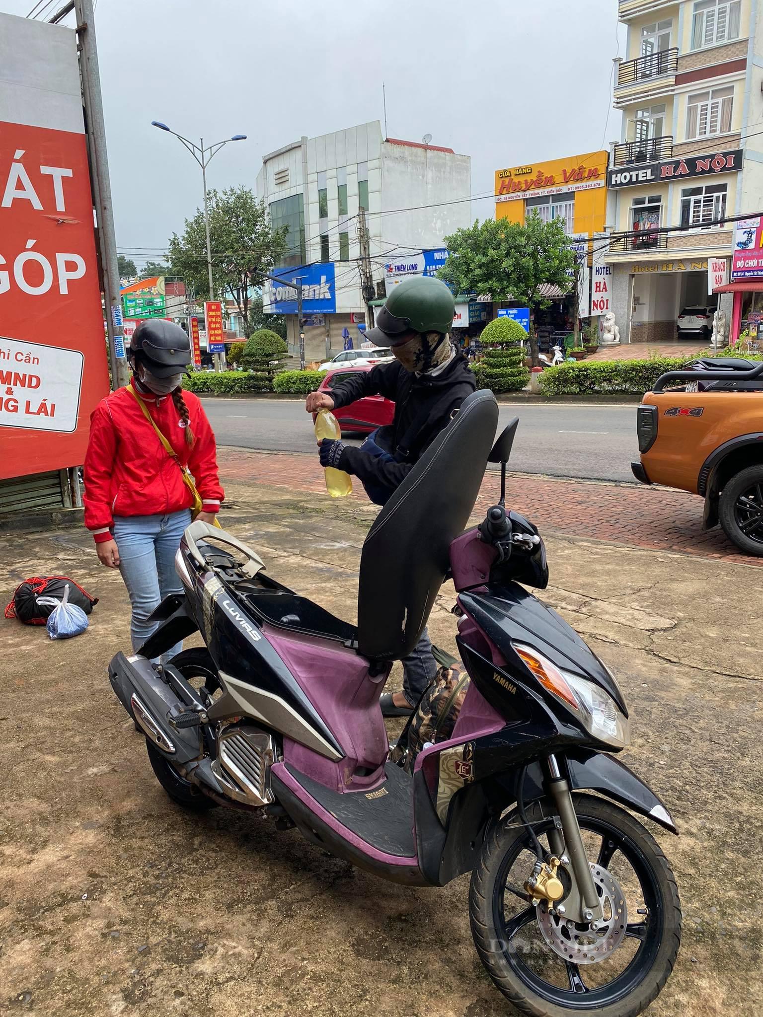 Đắk Nông: 2 vợ chồng trẻ hoảng loạn khi bị hư xe giữa đêm mưa được tặng xe máy mới về quê - Ảnh 2.