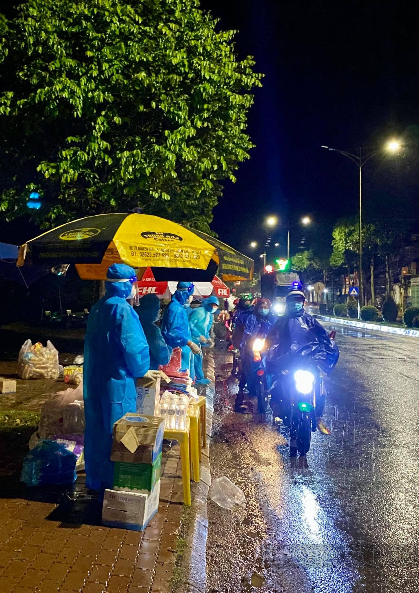Đắk Nông: 2 vợ chồng trẻ hoảng loạn khi bị hư xe giữa đêm mưa được tặng xe máy mới về quê - Ảnh 3.