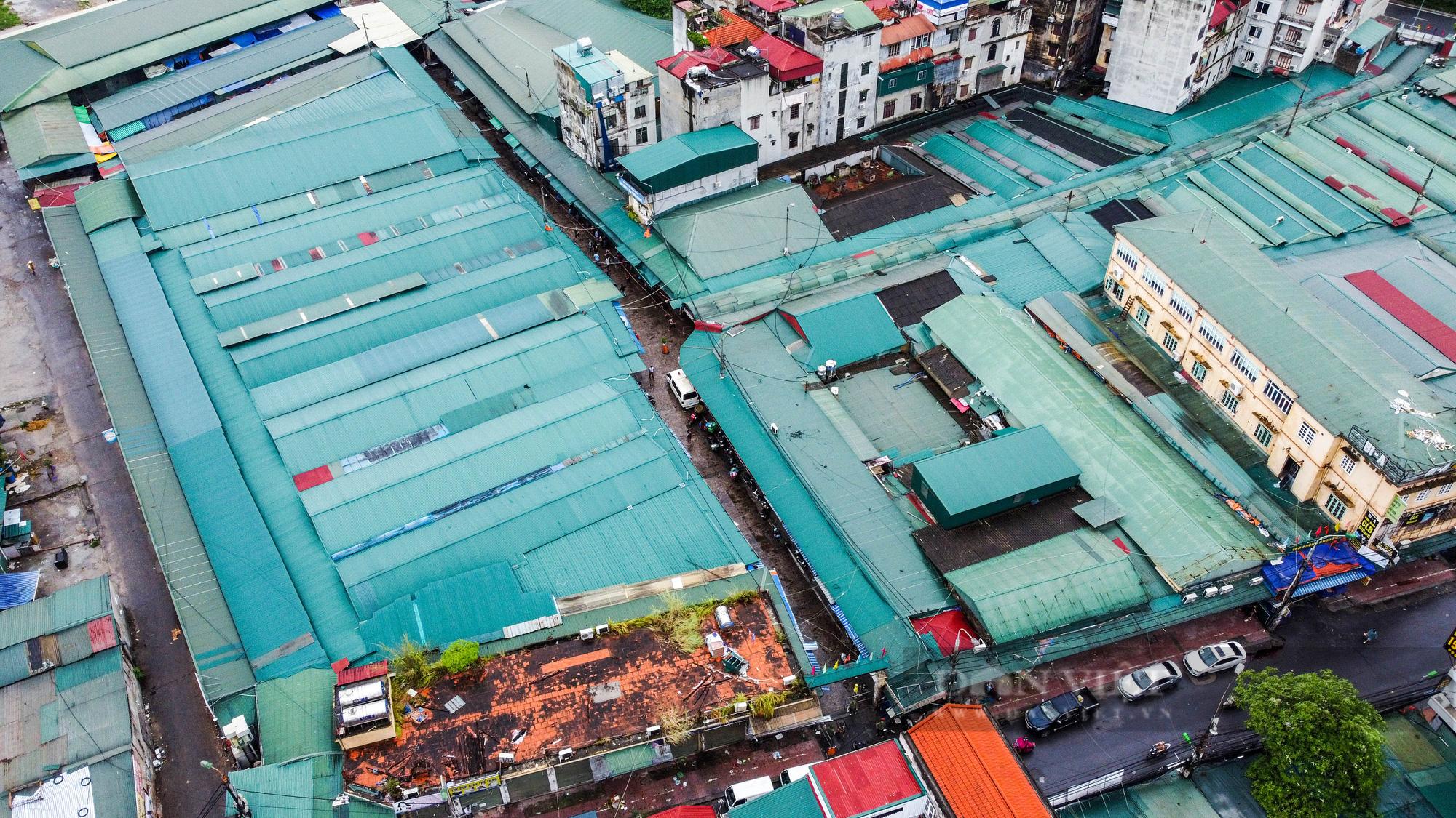 Lấy mẫu xét nghiệm hàng trăm tiểu thương tiểu thương tại chợ Phùng Khoang - Ảnh 1.