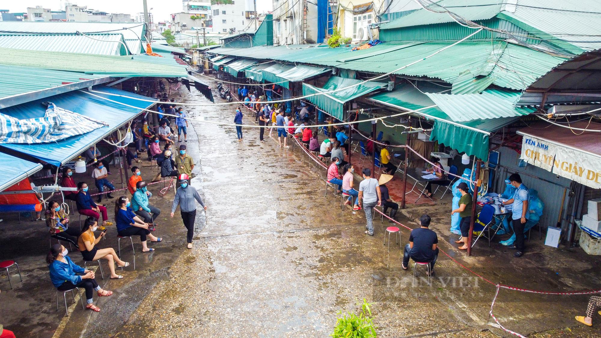 Lấy mẫu xét nghiệm hàng trăm tiểu thương tiểu thương tại chợ Phùng Khoang - Ảnh 2.