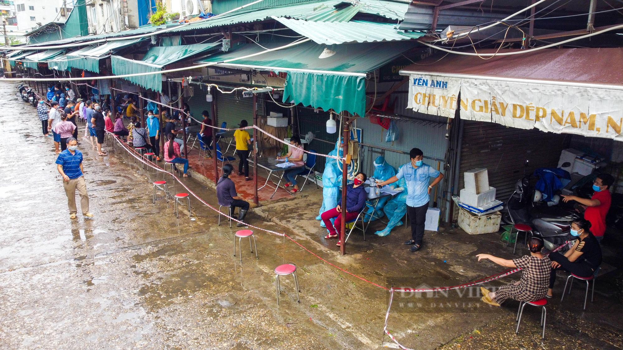 Lấy mẫu xét nghiệm hàng trăm tiểu thương tiểu thương tại chợ Phùng Khoang - Ảnh 3.