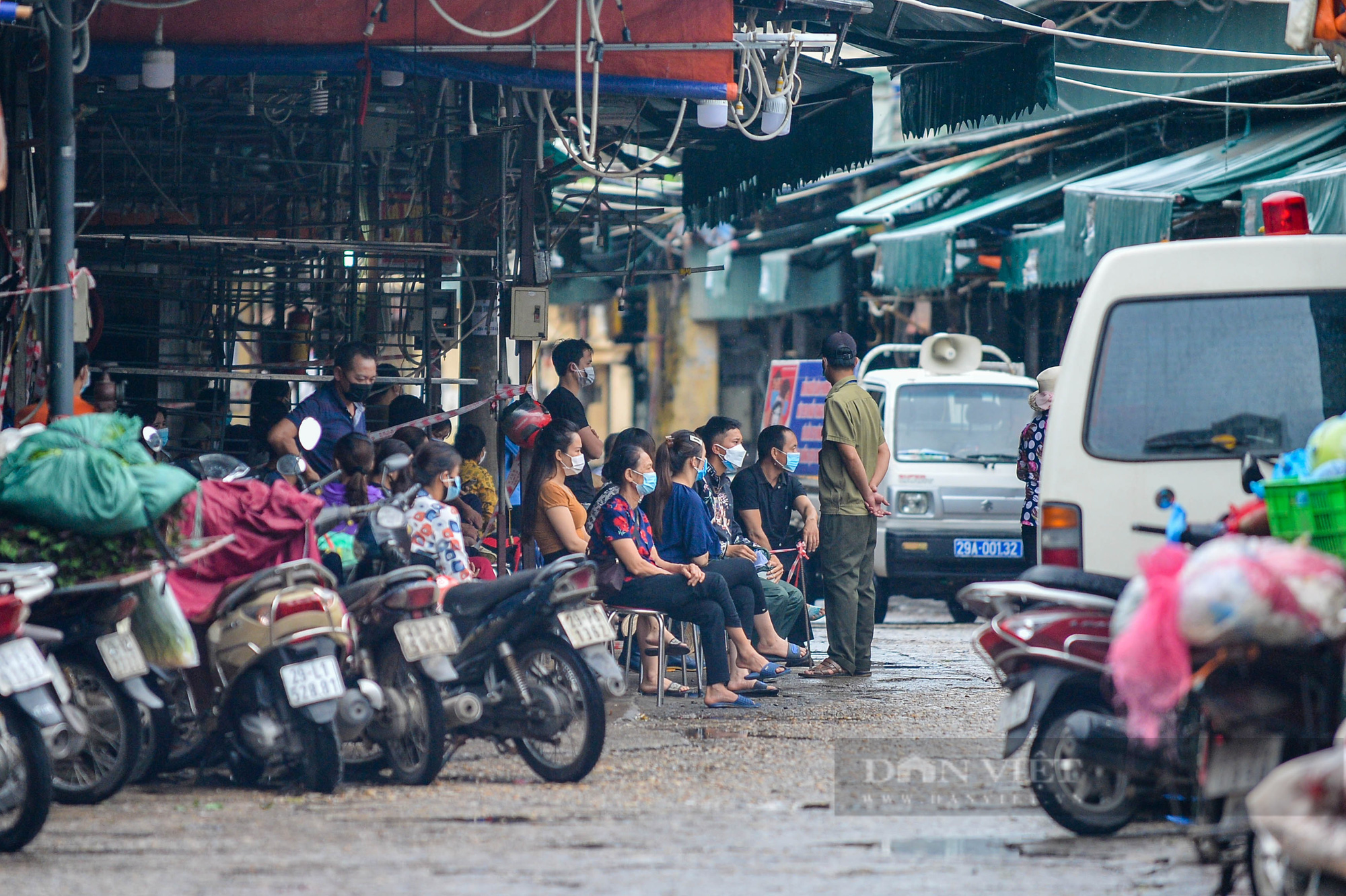 Lấy mẫu xét nghiệm hàng trăm tiểu thương tiểu thương tại chợ Phùng Khoang - Ảnh 5.