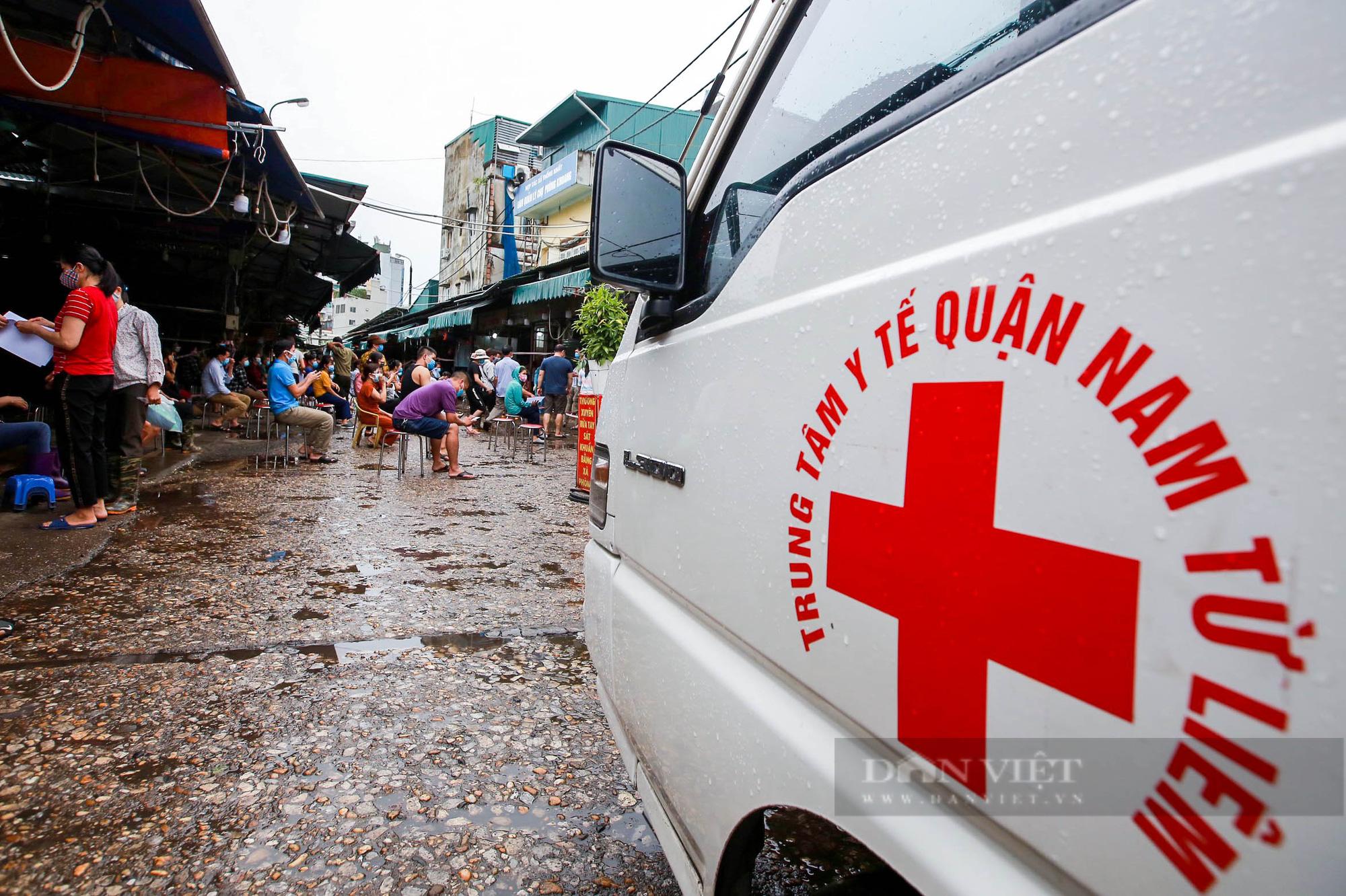Lấy mẫu xét nghiệm hàng trăm tiểu thương tiểu thương tại chợ Phùng Khoang - Ảnh 7.