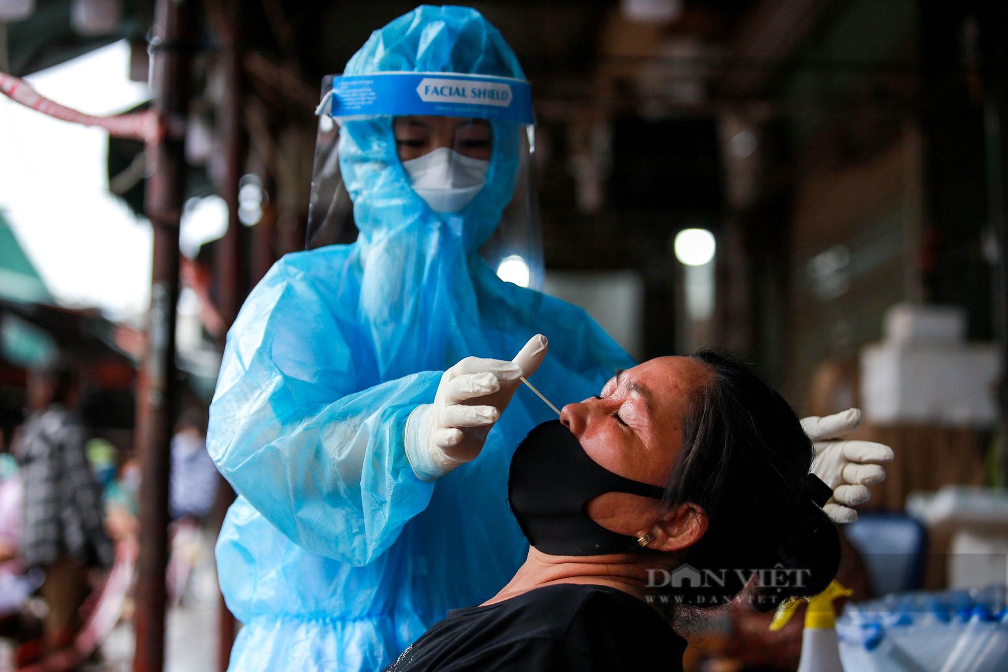 Lấy mẫu xét nghiệm hàng trăm tiểu thương tiểu thương tại chợ Phùng Khoang - Ảnh 8.