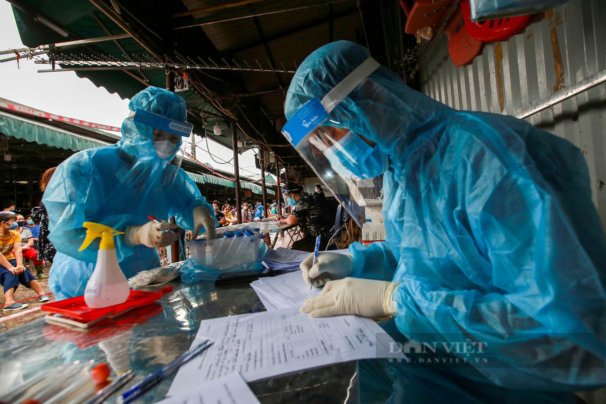 Lấy mẫu xét nghiệm hàng trăm tiểu thương tiểu thương tại chợ Phùng Khoang - Ảnh 9.