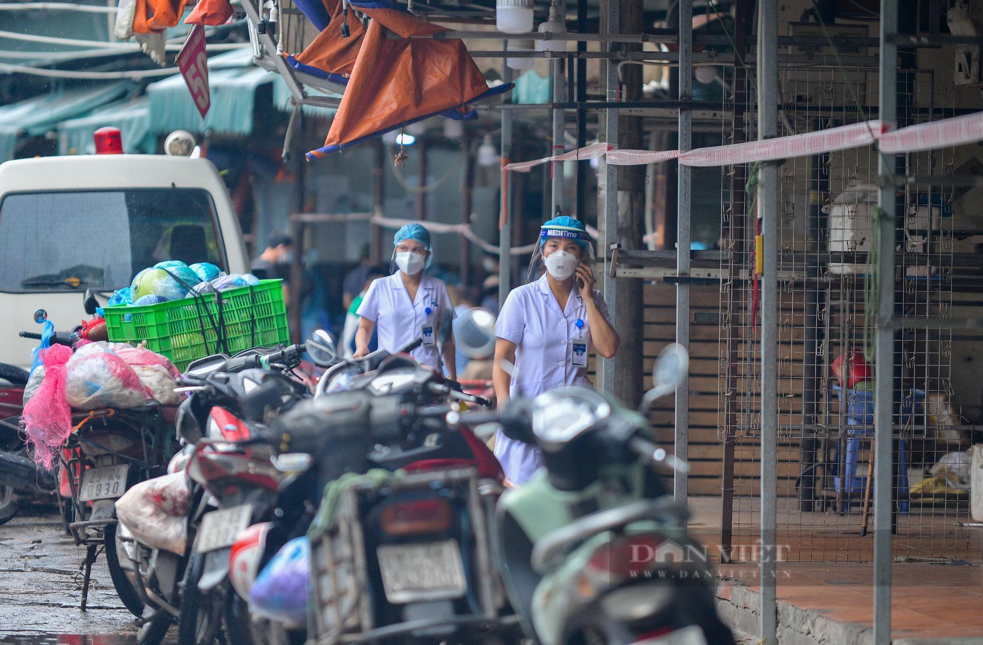 Lấy mẫu xét nghiệm hàng trăm tiểu thương tiểu thương tại chợ Phùng Khoang - Ảnh 11.