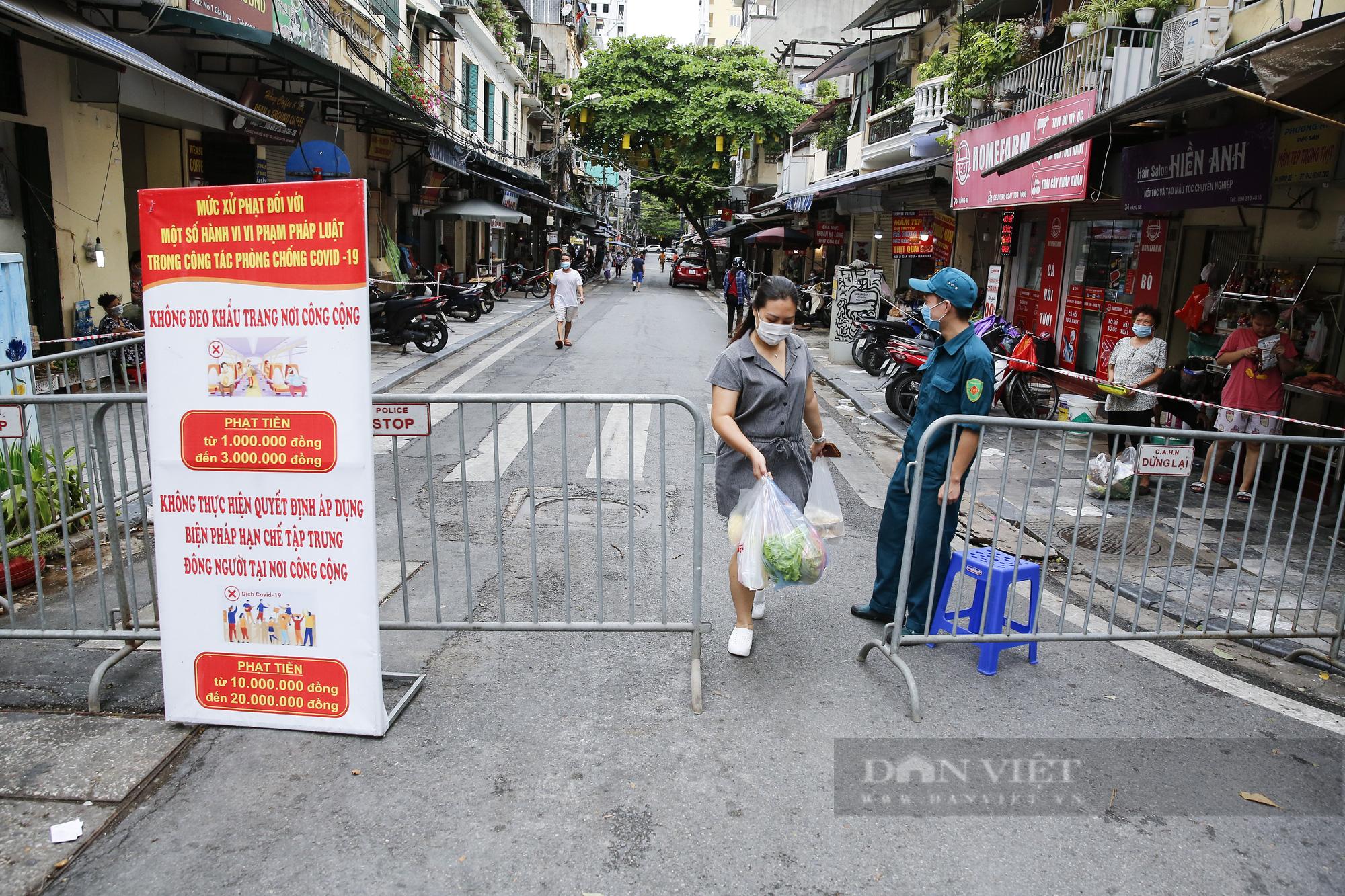 """Xem người dân phố cổ Hà Nội đi chợ """"nhà giàu"""" trong ngày giãn cách xã hội - Ảnh 1."""