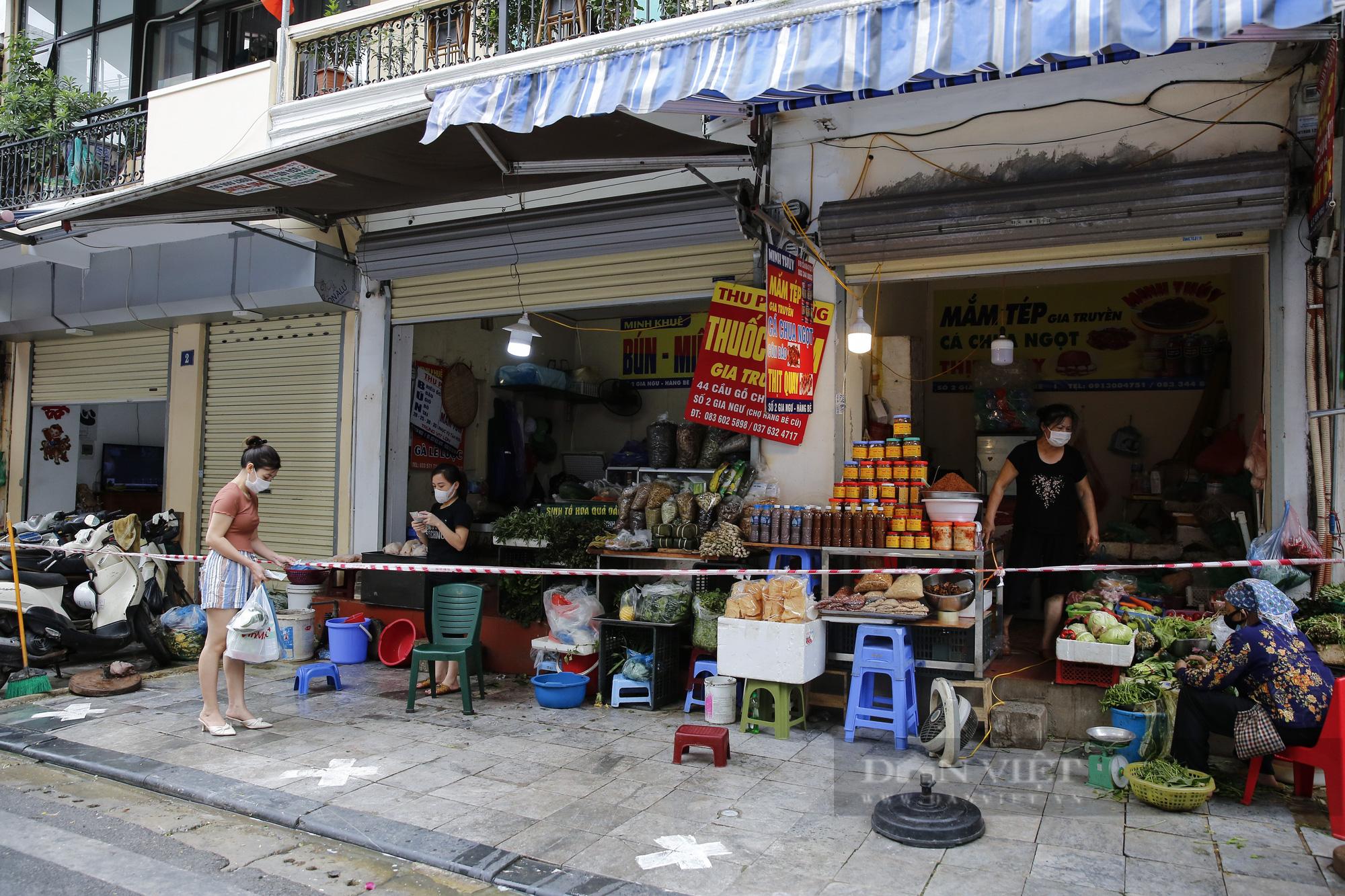 """Xem người dân phố cổ Hà Nội đi chợ """"nhà giàu"""" trong ngày giãn cách xã hội - Ảnh 2."""