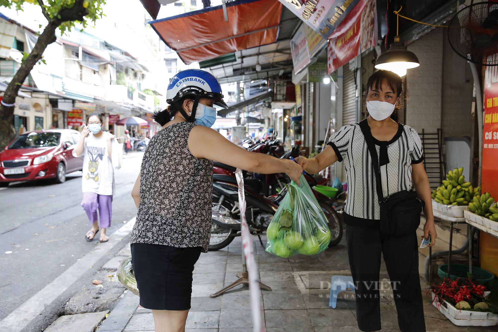 """Xem người dân phố cổ Hà Nội đi chợ """"nhà giàu"""" trong ngày giãn cách xã hội - Ảnh 4."""