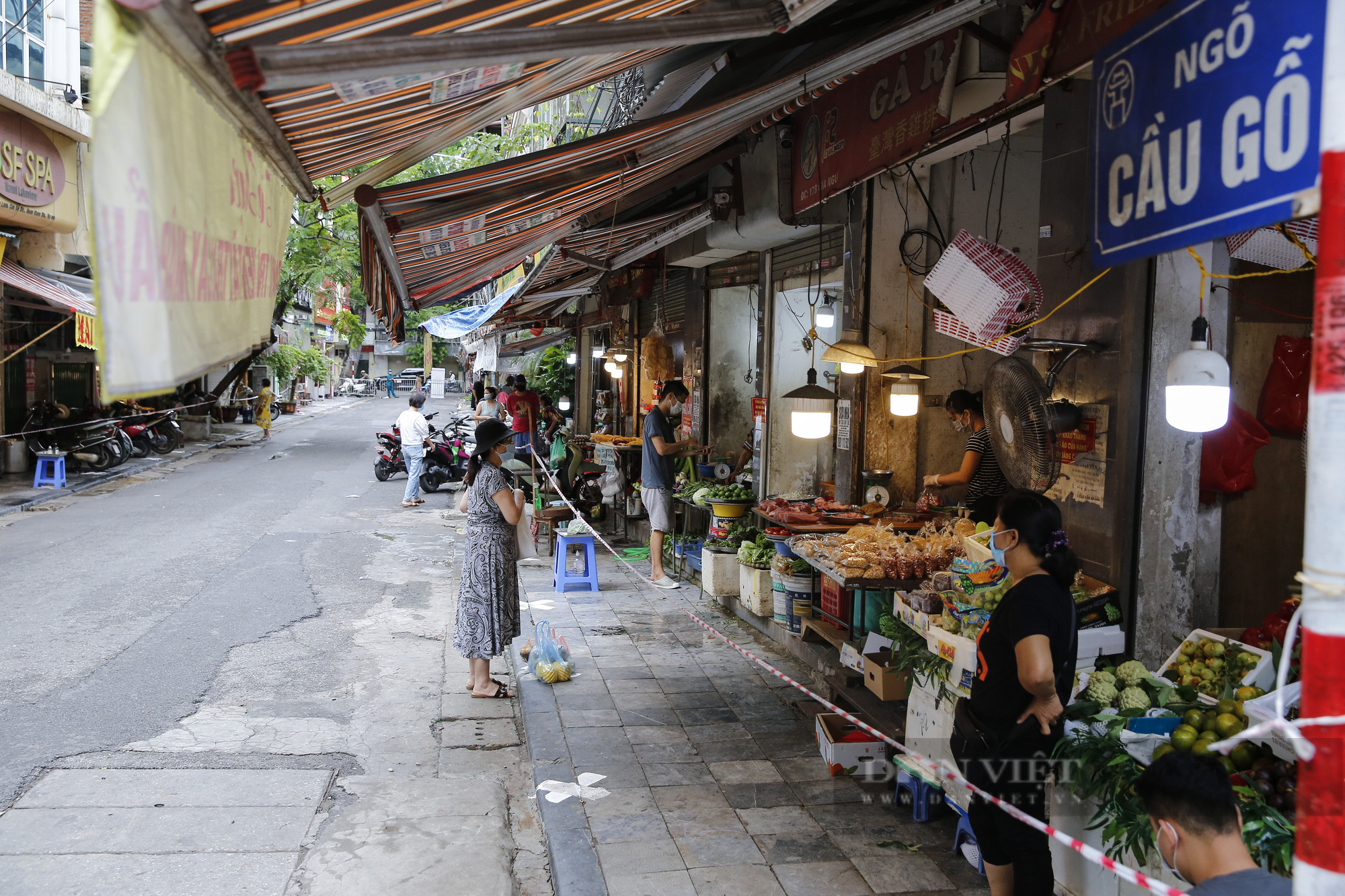 """Xem người dân phố cổ Hà Nội đi chợ """"nhà giàu"""" trong ngày giãn cách xã hội - Ảnh 5."""