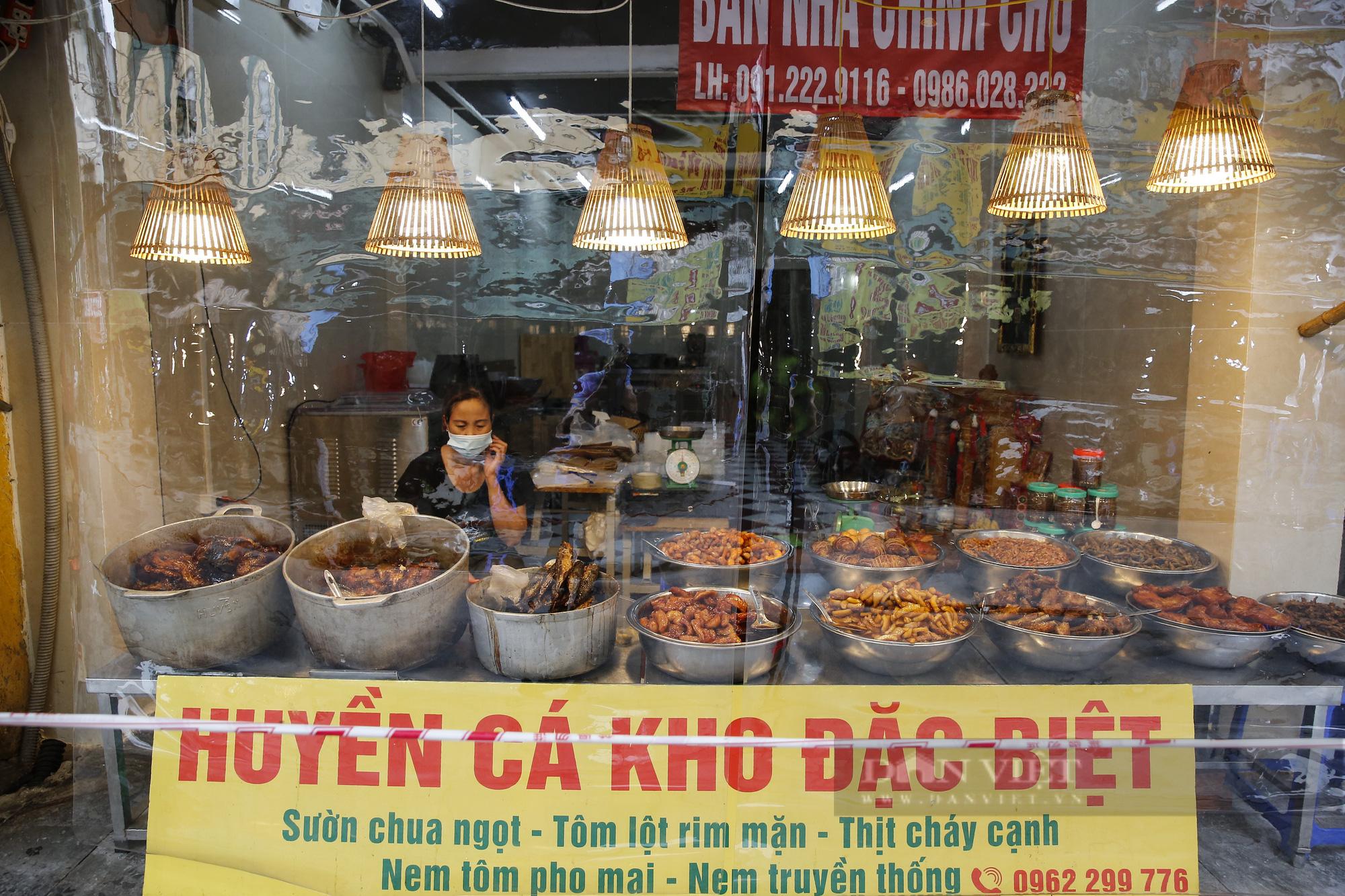 """Xem người dân phố cổ Hà Nội đi chợ """"nhà giàu"""" trong ngày giãn cách xã hội - Ảnh 7."""