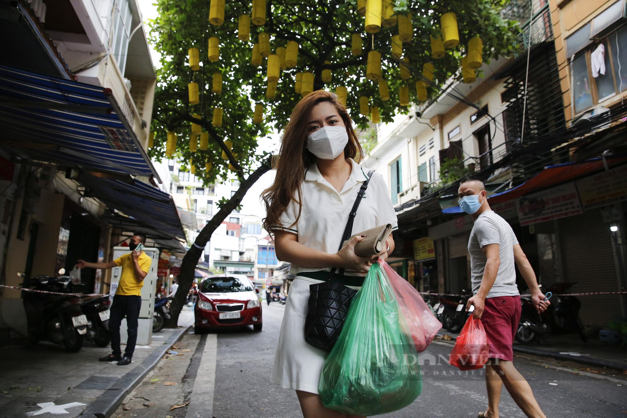 """Xem người dân phố cổ Hà Nội đi chợ """"nhà giàu"""" trong ngày giãn cách xã hội - Ảnh 8."""