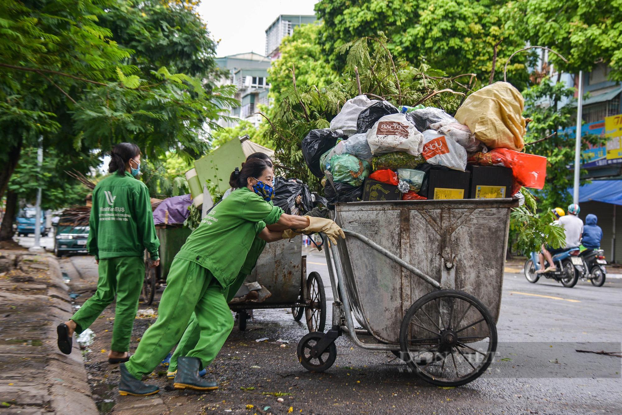 Công nhân vệ sinh môi trường: 'Thất thu' nhẹ mùa dịch, việc nhiều hơn - Ảnh 1.
