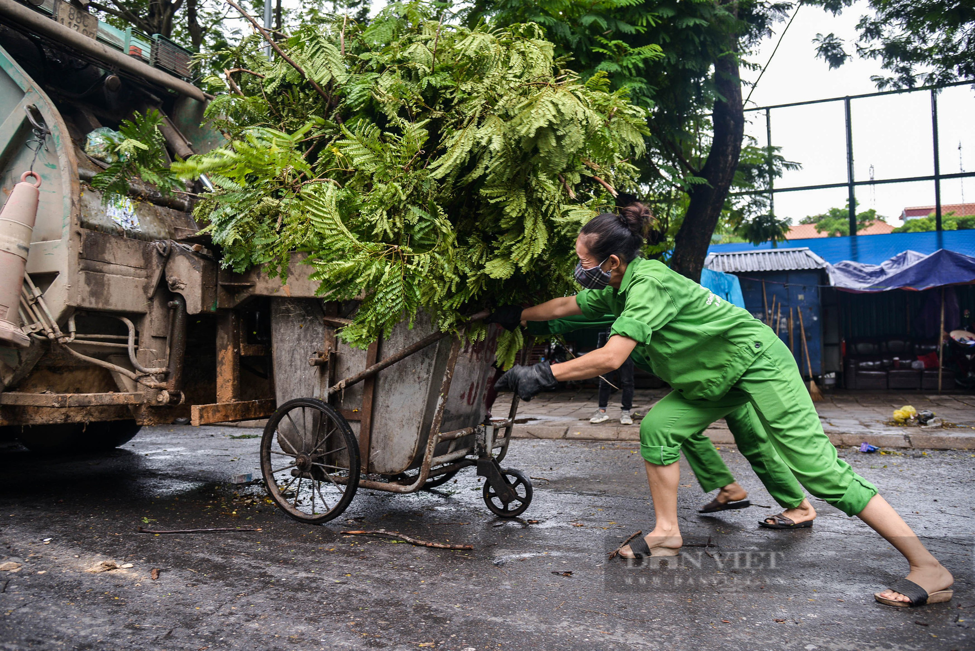 Công nhân vệ sinh môi trường: 'Thất thu' nhẹ mùa dịch, việc nhiều hơn - Ảnh 3.