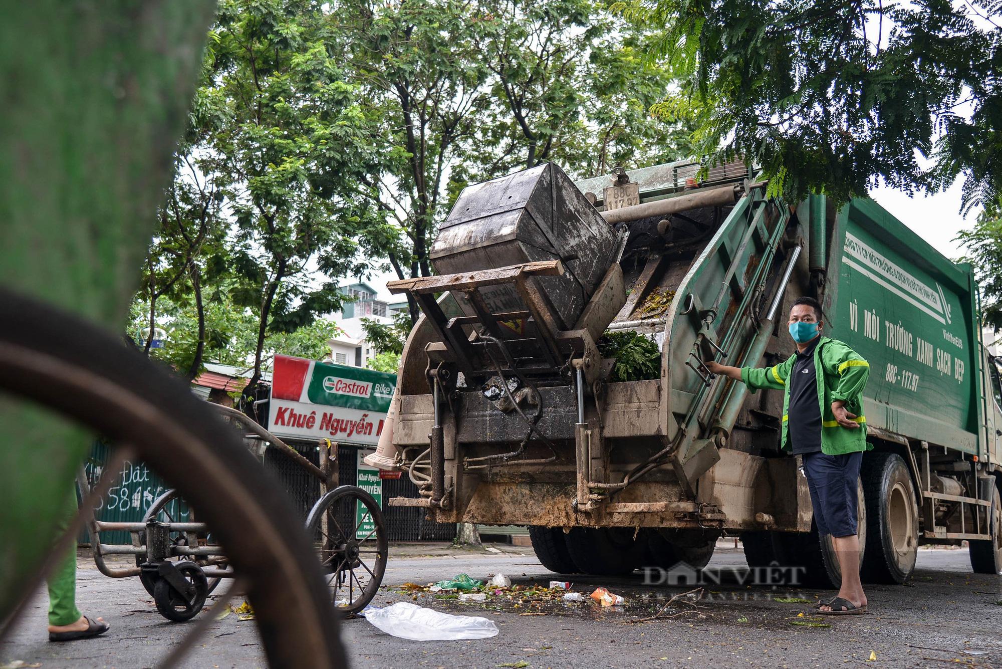 Công nhân vệ sinh môi trường: 'Thất thu' nhẹ mùa dịch, việc nhiều hơn - Ảnh 4.