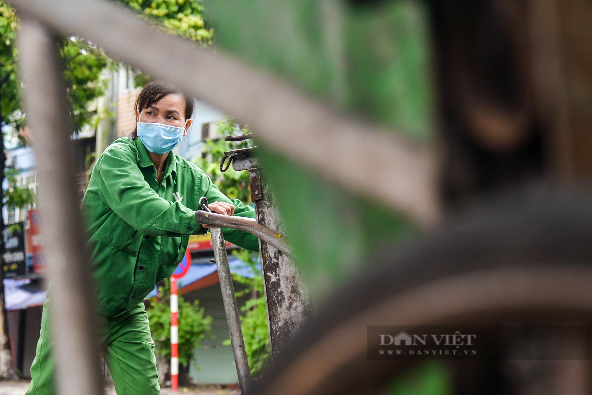 Công nhân vệ sinh môi trường: 'Thất thu' nhẹ mùa dịch, việc nhiều hơn - Ảnh 12.