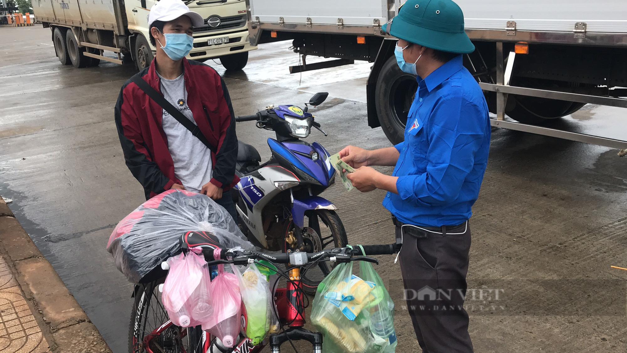 Thanh niên đạp xe về quê chỉ nhận 1 nửa tiền hỗ trợ dù bụng đói lả - Ảnh 1.