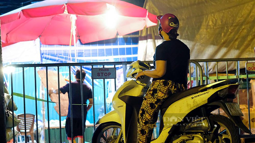 Hà Nội: Phong tỏa tạm thời chợ Long Biên ngay trong đêm do liên quan ca mắc Covid-19 - Ảnh 1.
