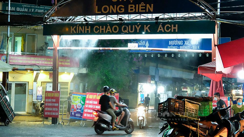Hà Nội: Phong tỏa tạm thời chợ Long Biên ngay trong đêm do liên quan ca mắc Covid-19 - Ảnh 2.