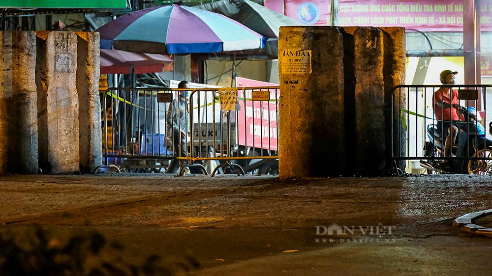 Hà Nội: Phong tỏa tạm thời chợ Long Biên ngay trong đêm do liên quan ca mắc Covid-19 - Ảnh 4.