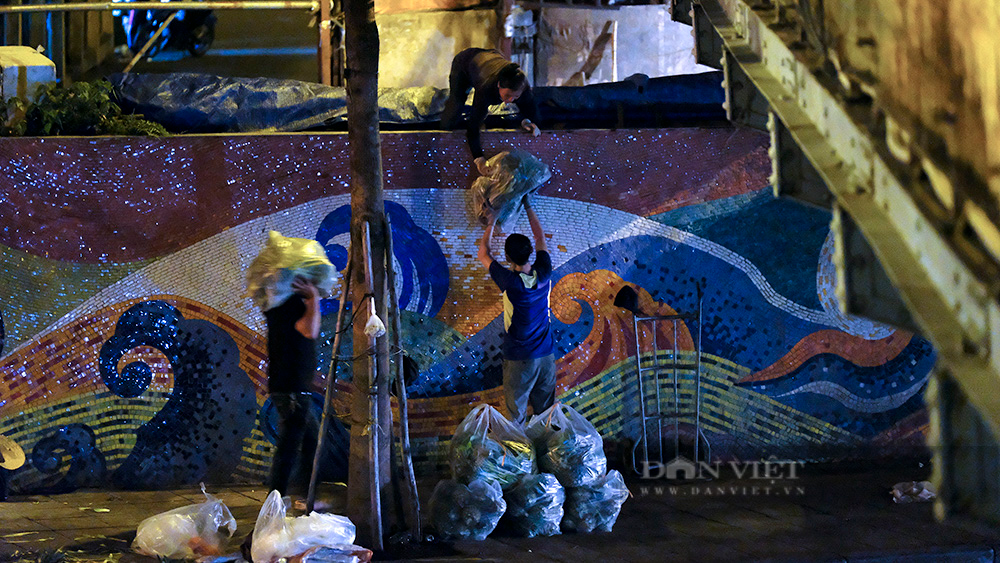 Hà Nội: Phong tỏa tạm thời chợ Long Biên ngay trong đêm do liên quan ca mắc Covid-19 - Ảnh 6.