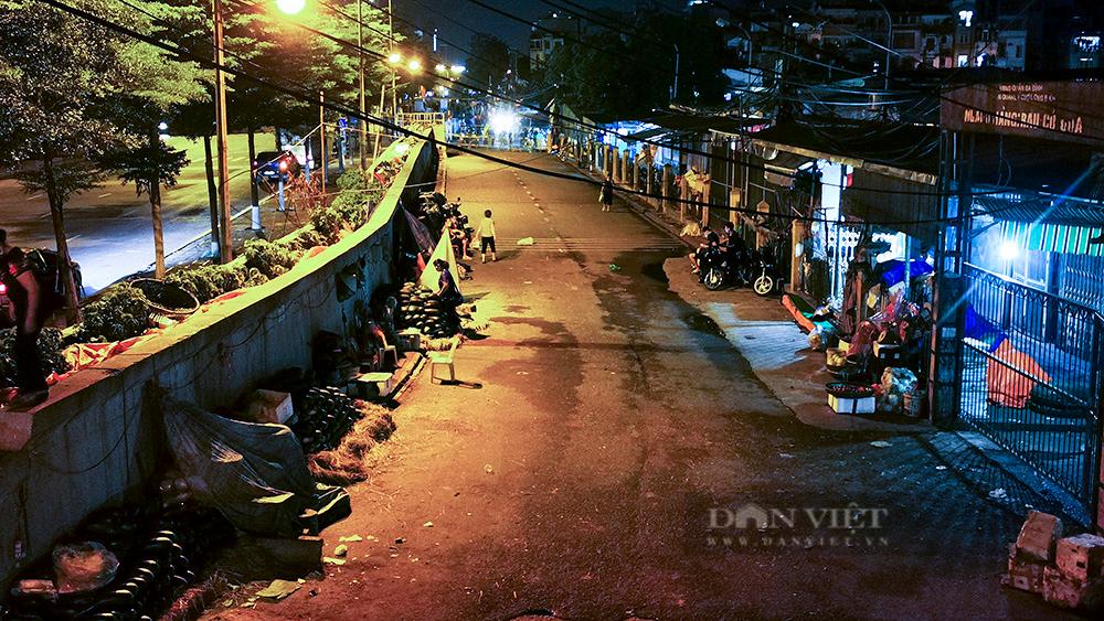 Hà Nội: Phong tỏa tạm thời chợ Long Biên ngay trong đêm do liên quan ca mắc Covid-19 - Ảnh 7.