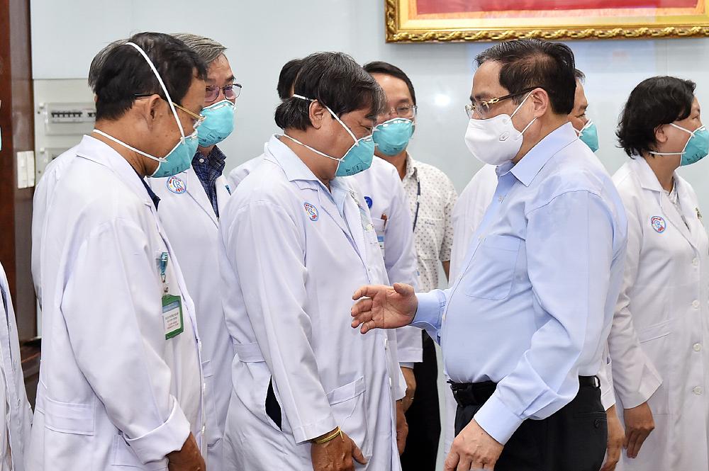 Thủ tướng yêu cầu triển khai chi viện nhân lực y tế cho các địa phương có nhiều ca lây nhiễm, bệnh nặng - Ảnh 1.