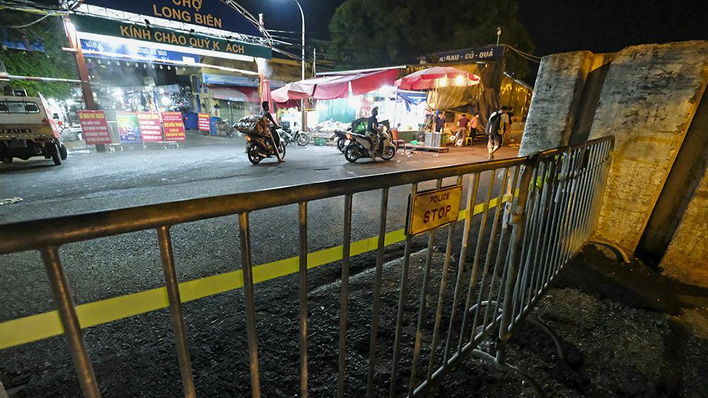 Hà Nội: Phong tỏa tạm thời chợ Long Biên ngay trong đêm do liên quan ca mắc Covid-19 - Ảnh 3.