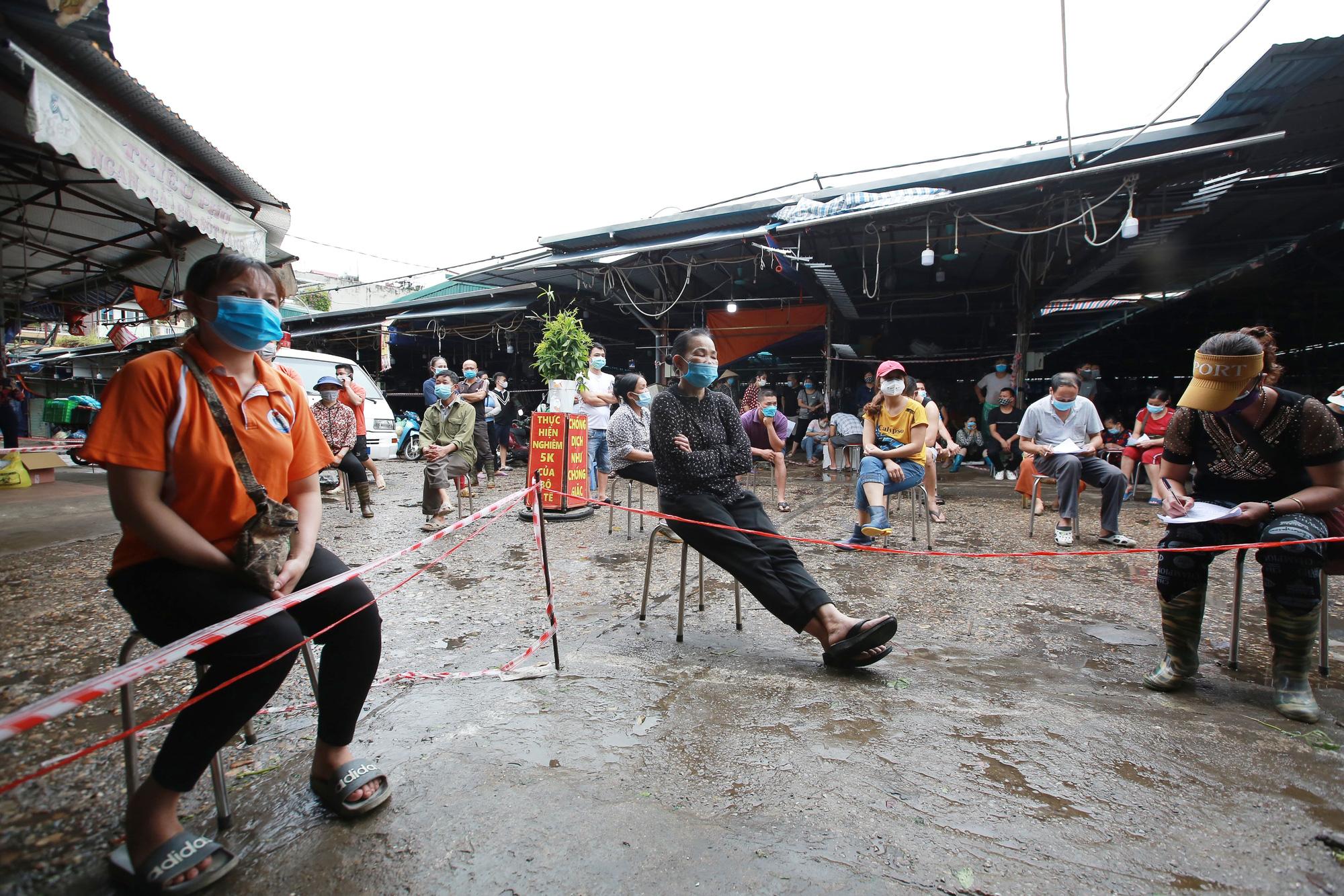 Hà Nội: Tạm dừng hoạt động chợ Phùng Khoang, xét nghiệm hàng trăm tiểu thương sau khi người bán rau nhiễm Covid-19 - Ảnh 2.