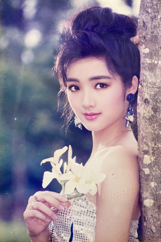 Ngỡ ngàng vì nhan sắc 2 Hoa hậu ở tuổi U50 vẫn xinh đẹp, quyến rũ bất chấp thời gian - Ảnh 1.