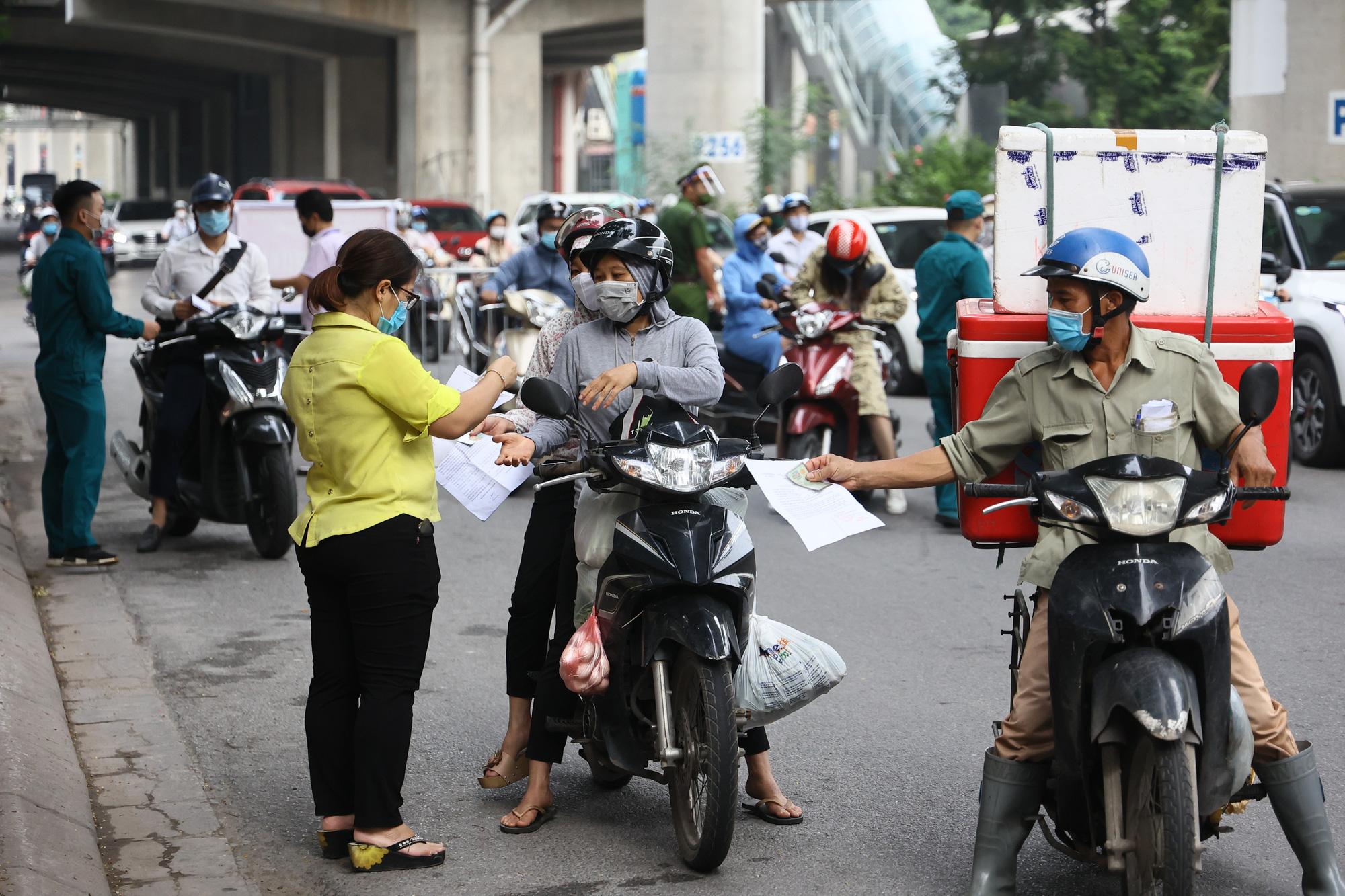 Hai con dấu trên giấy đi đường ở Hà Nội - Ảnh 2.