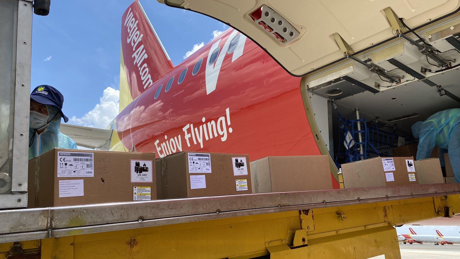 Chuyến bay Vietjet chở 200 máy thở cao cấp, hiện đại từ Đức đã hạ cánh - Ảnh 3.