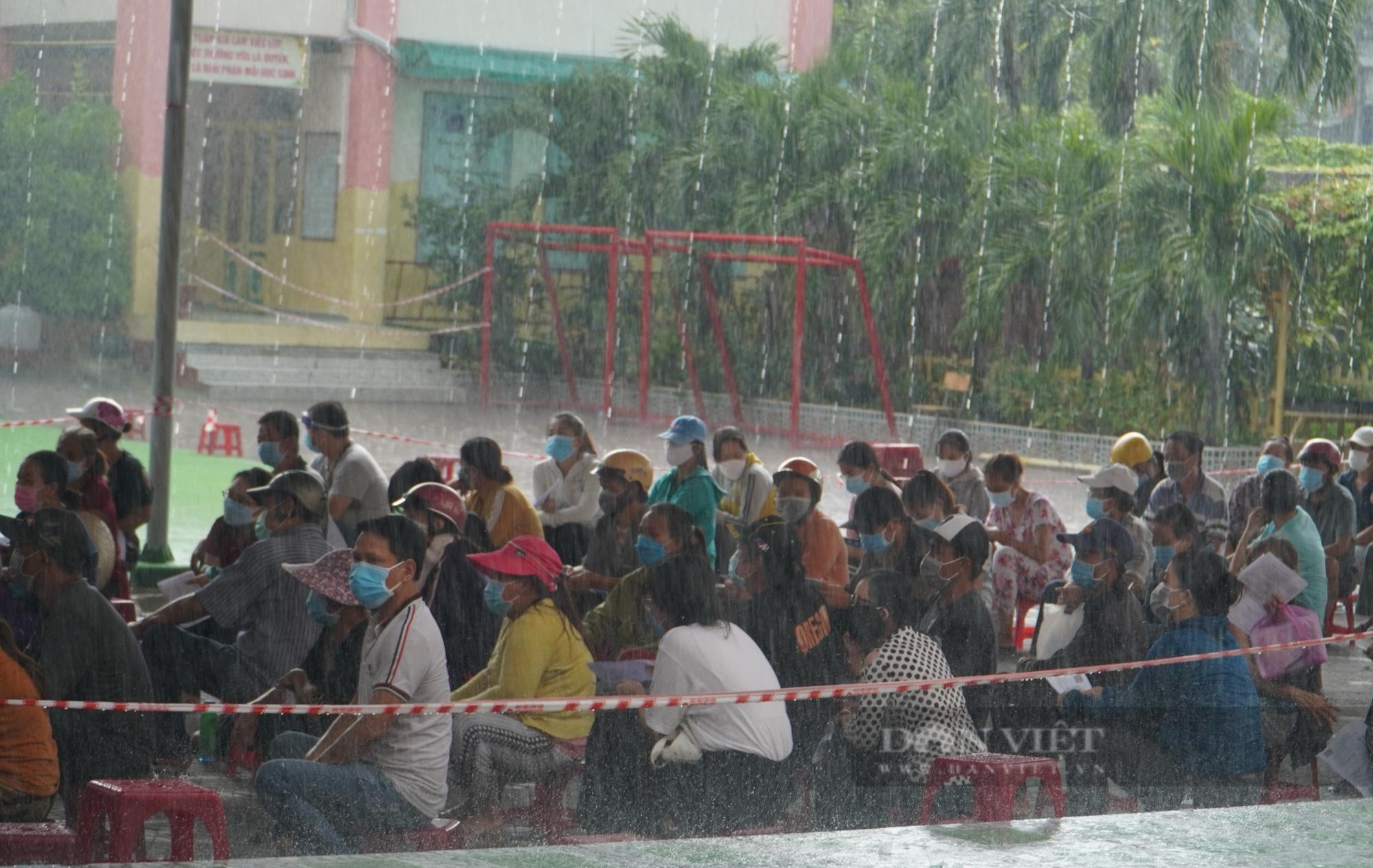 Người dân TP.HCM đội mưa chờ tiêm vaccine Vero Cell - Ảnh 2.