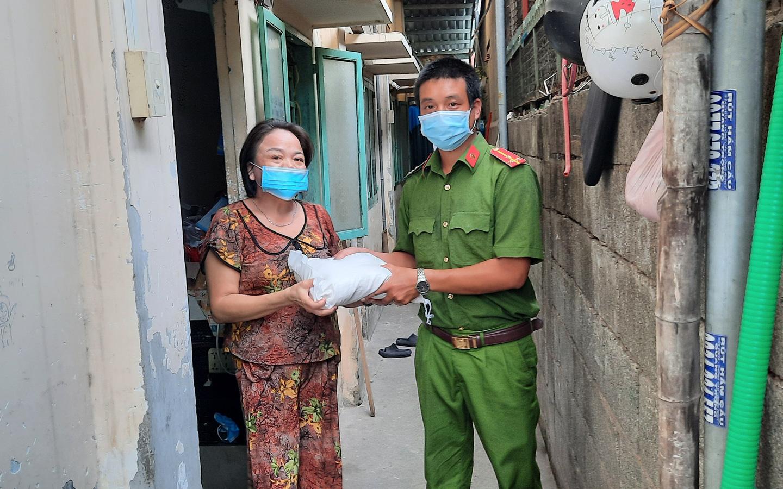 Thượng úy công an trực chốt phòng chống dịch Covid-19 xin từng ký gạo giúp người nghèo