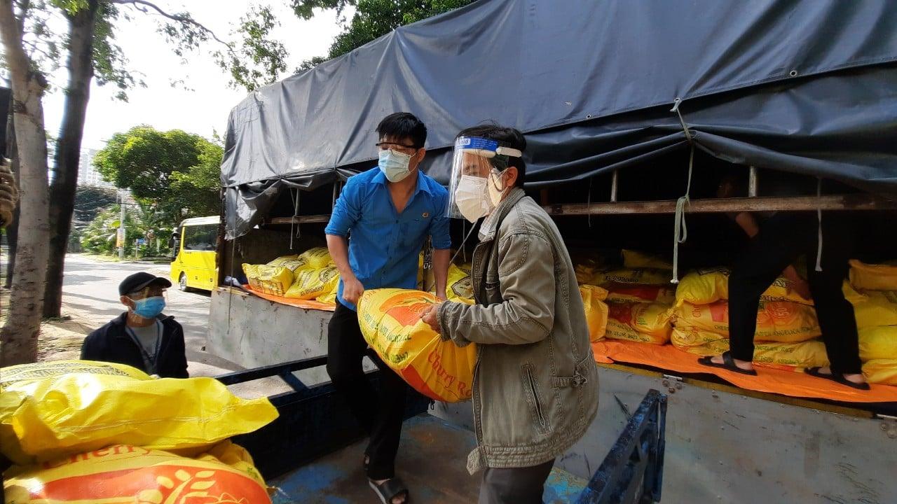 Tổ công tác 970 kết nối, 10 tấn gạo, 20.000 quả trứng đến với người dân vùng phong tỏa TP.HCM - Ảnh 1.