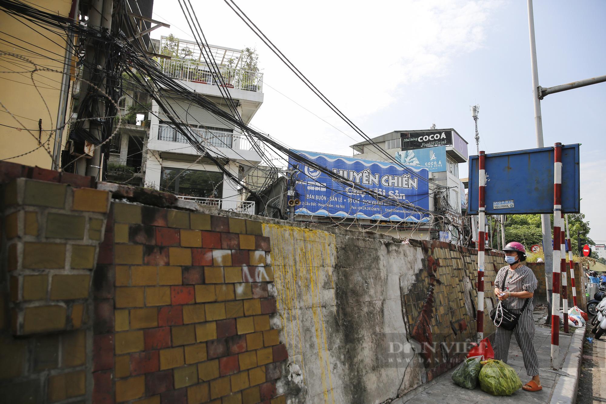 Hà Nội: Lập hàng rào dây thép gai tại khu vực phong tỏa để ngăn người vi phạm Chỉ thị cách ly - Ảnh 3.