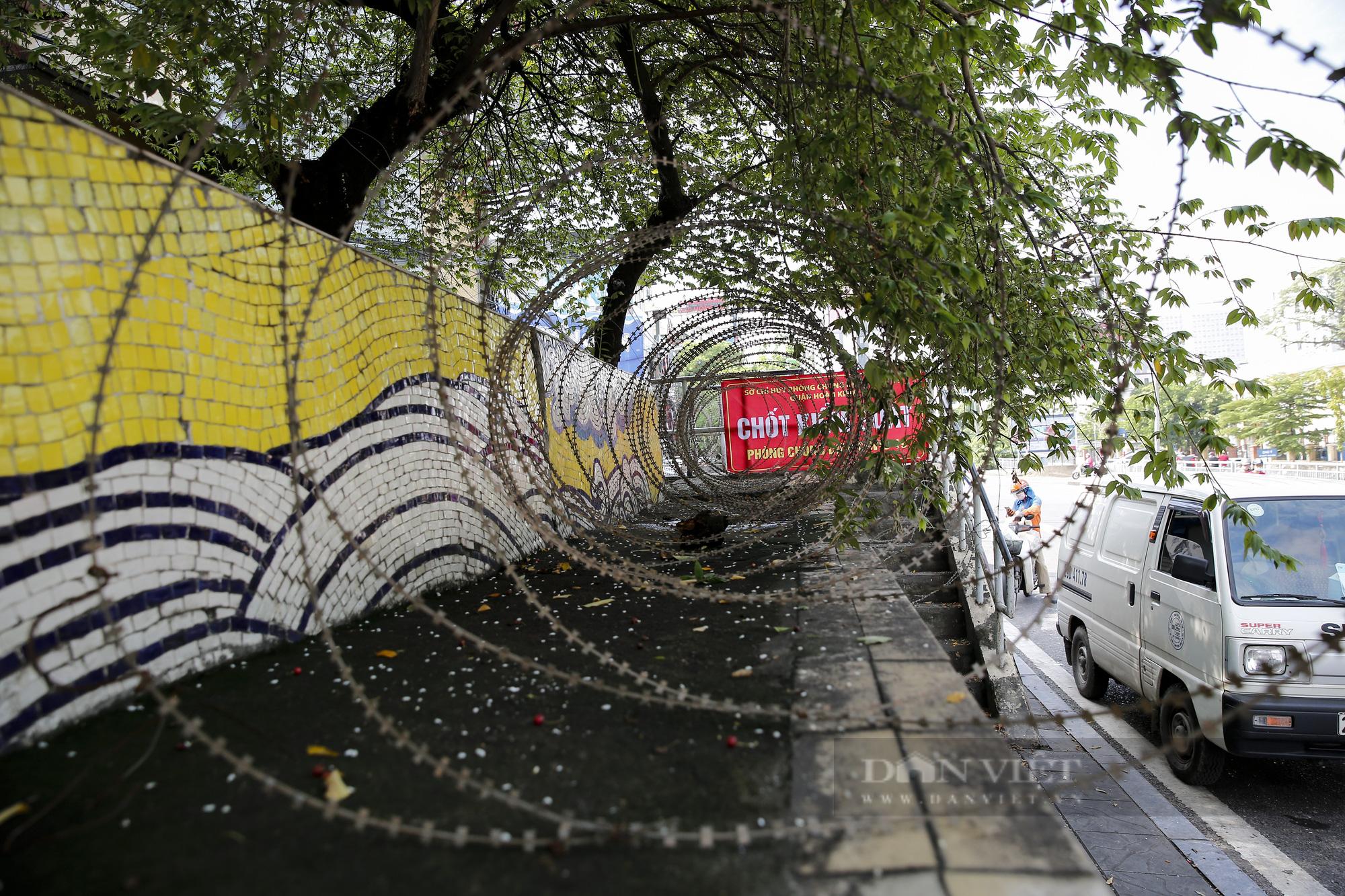 Hà Nội: Lập hàng rào dây thép gai tại khu vực phong tỏa để ngăn người vi phạm Chỉ thị cách ly - Ảnh 4.