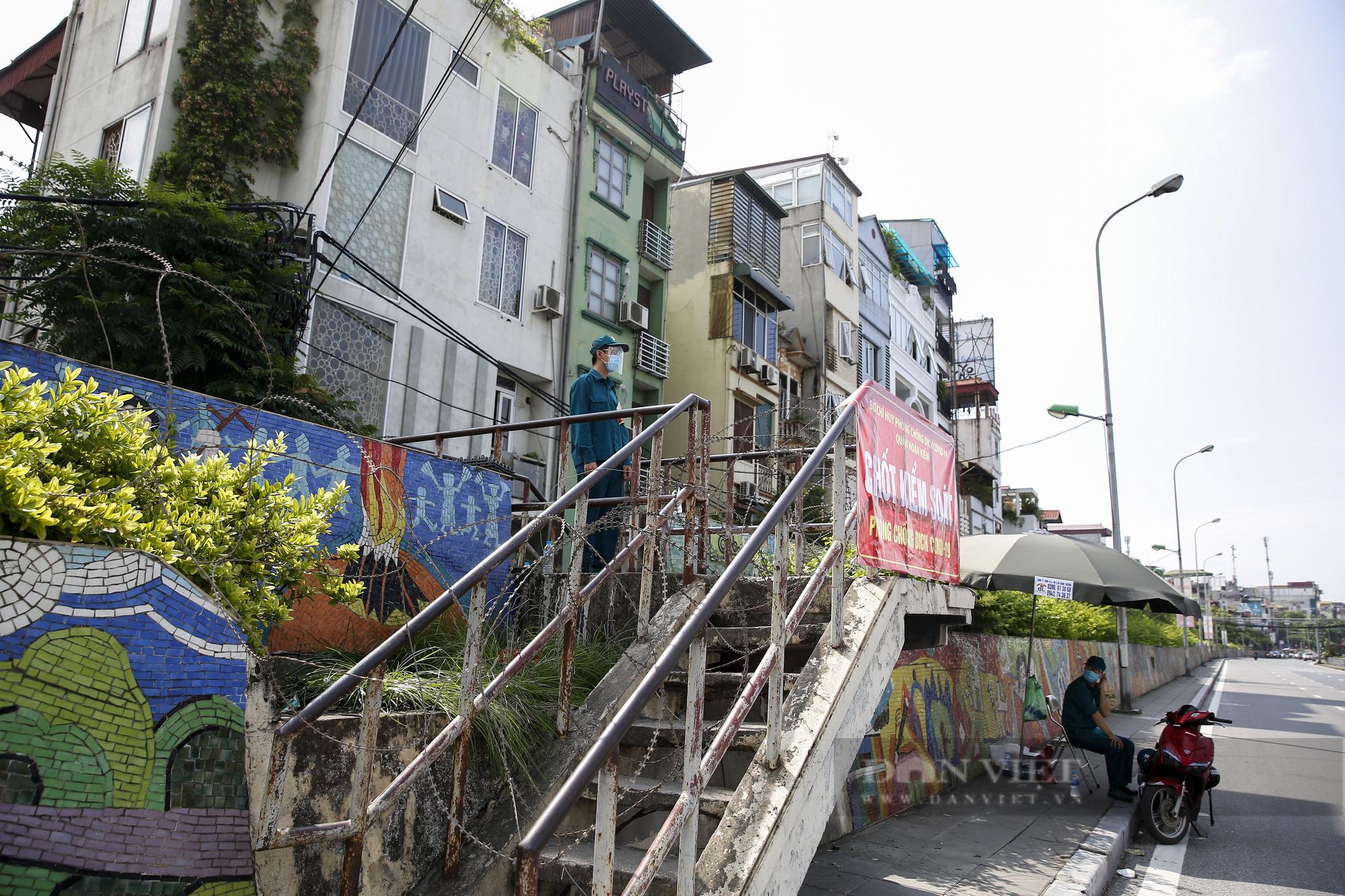 Hà Nội: Lập hàng rào dây thép gai tại khu vực phong tỏa để ngăn người vi phạm Chỉ thị cách ly - Ảnh 6.