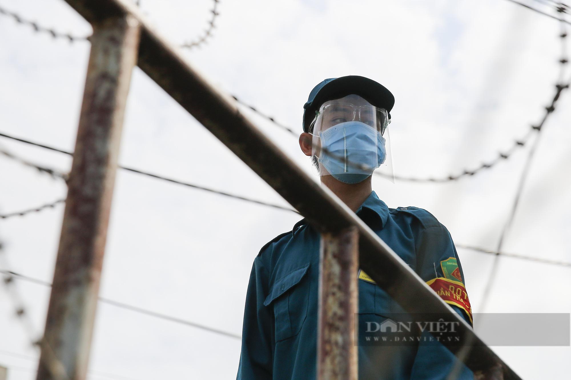 Hà Nội: Lập hàng rào dây thép gai tại khu vực phong tỏa để ngăn người vi phạm Chỉ thị cách ly - Ảnh 7.
