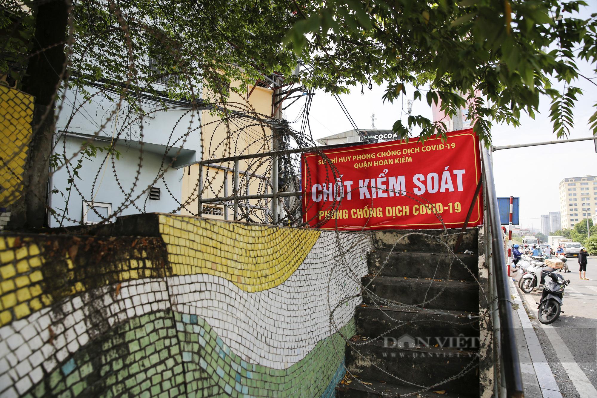 Hà Nội: Lập hàng rào dây thép gai tại khu vực phong tỏa để ngăn người vi phạm Chỉ thị cách ly - Ảnh 8.