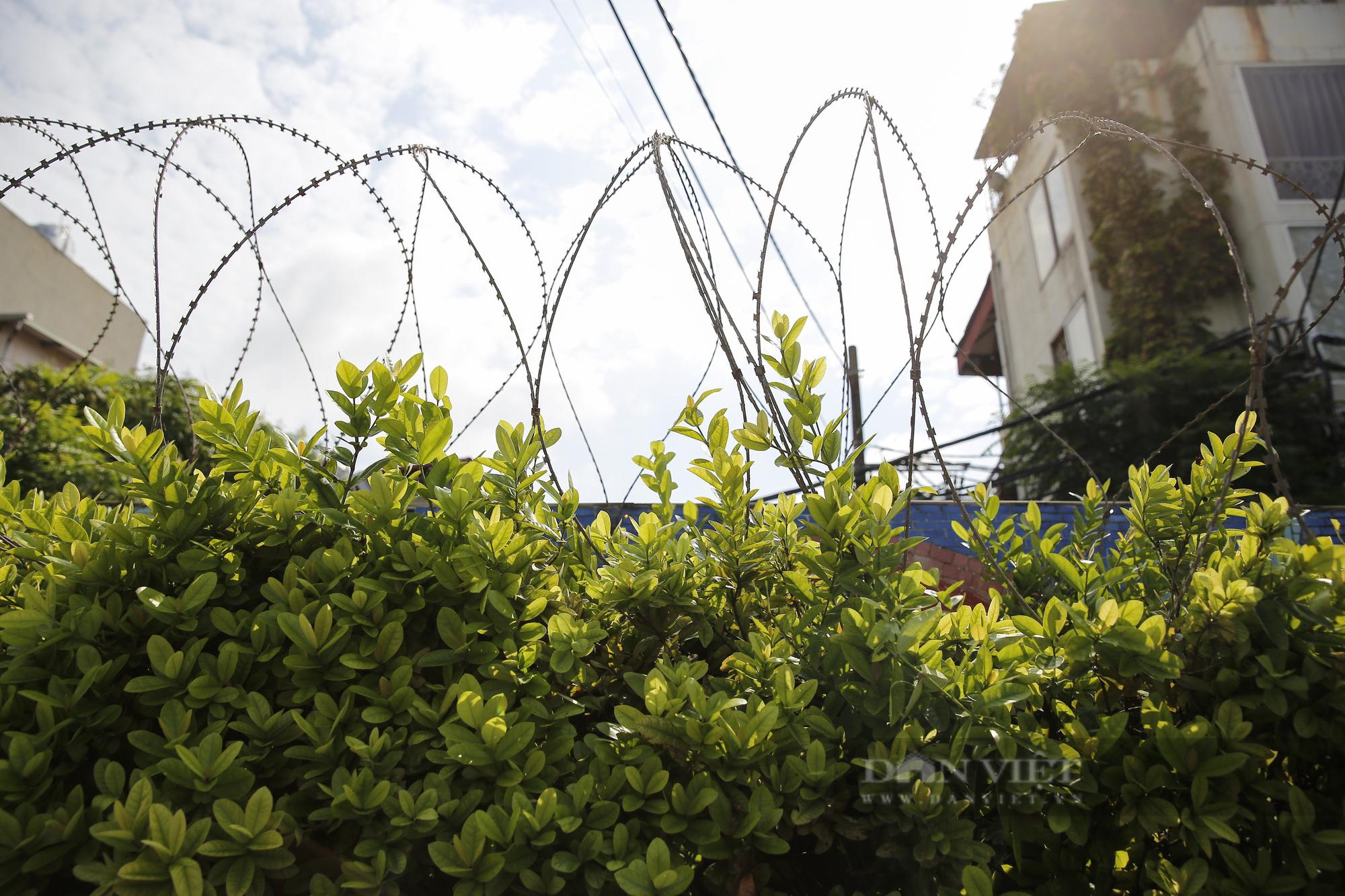 Hà Nội: Lập hàng rào dây thép gai tại khu vực phong tỏa để ngăn người vi phạm Chỉ thị cách ly - Ảnh 9.