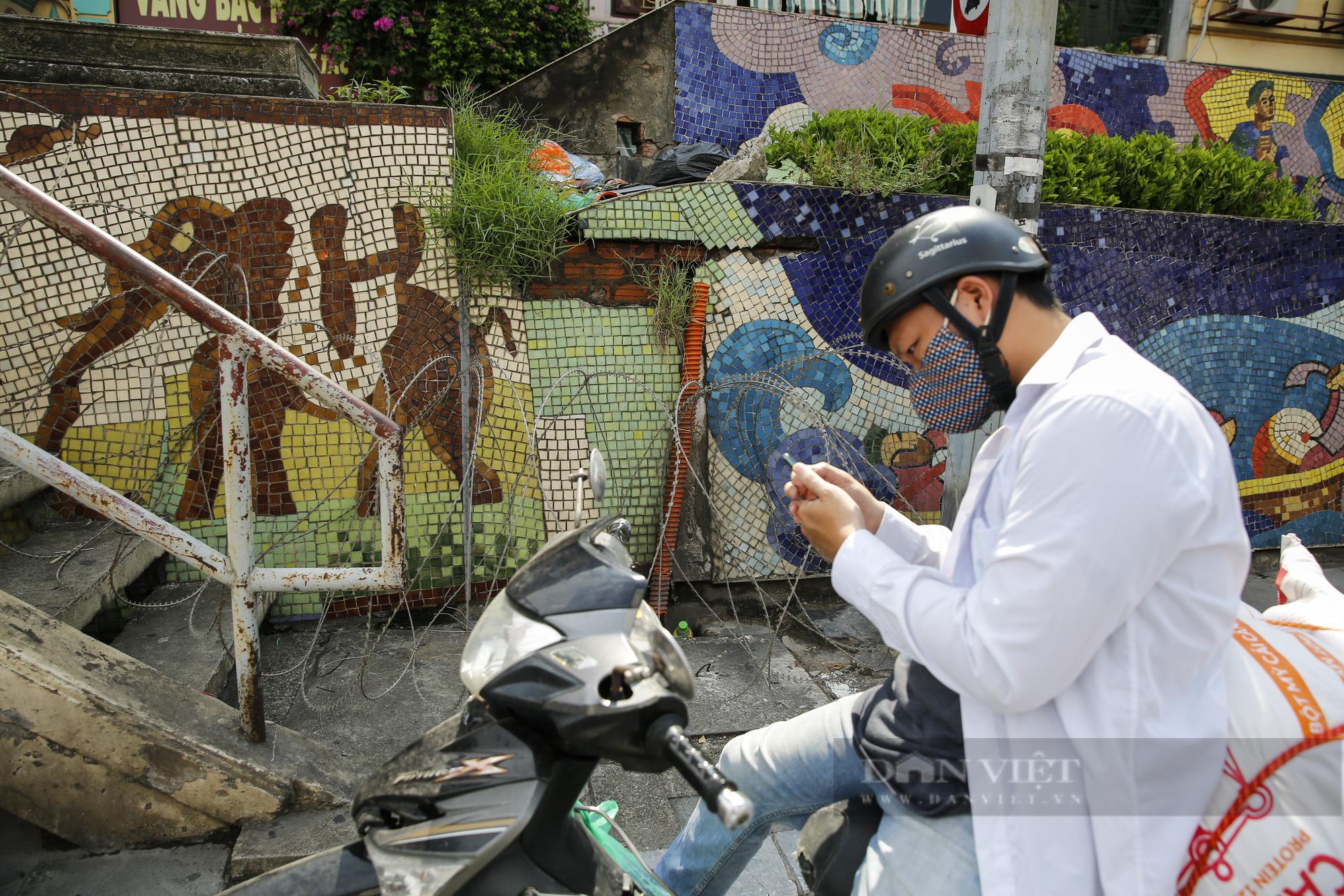 Hà Nội: Lập hàng rào dây thép gai tại khu vực phong tỏa để ngăn người vi phạm Chỉ thị cách ly - Ảnh 10.