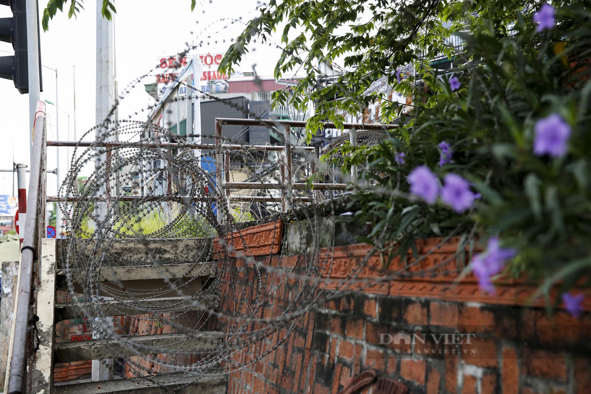 Hà Nội: Lập hàng rào dây thép gai tại khu vực phong tỏa để ngăn người vi phạm Chỉ thị cách ly - Ảnh 11.