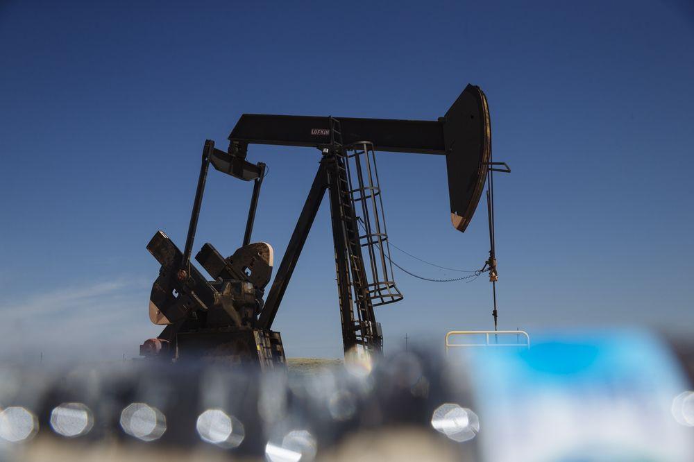 Kinh tế Trung Quốc vừa có dấu hiệu giảm tốc, giá dầu lập tức chịu sức ép - Ảnh 1.
