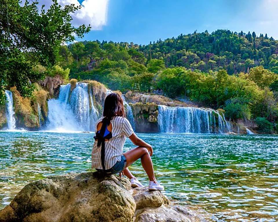 """Choáng ngợp vẻ đẹp siêu thực của hồ nước được mệnh danh """"Con mắt của Trái Đất"""" - Ảnh 2."""