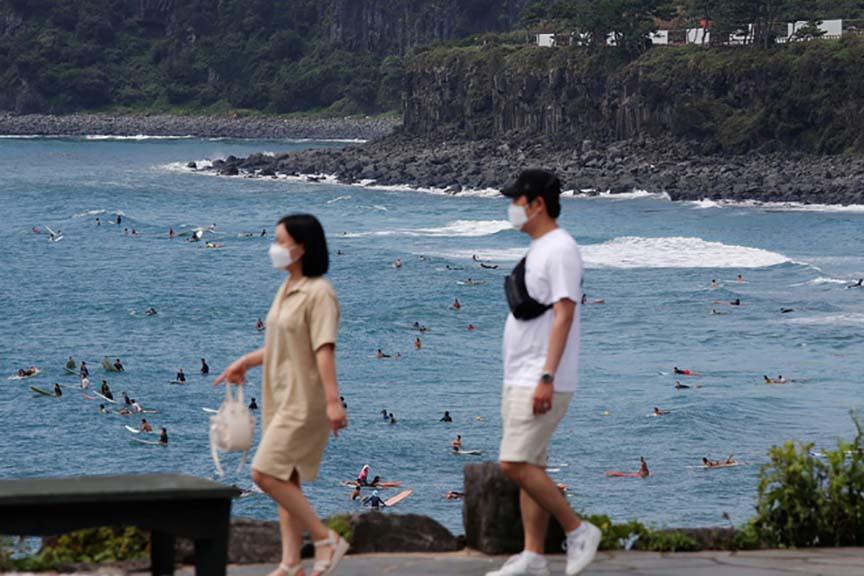 Mặc dịch bùng phát, hàng trăm cặp cưới, hàng nghìn du khách vẫn trốn dịch - tránh áp lực, trầm cảm tại đảo Jeju - Ảnh 2.