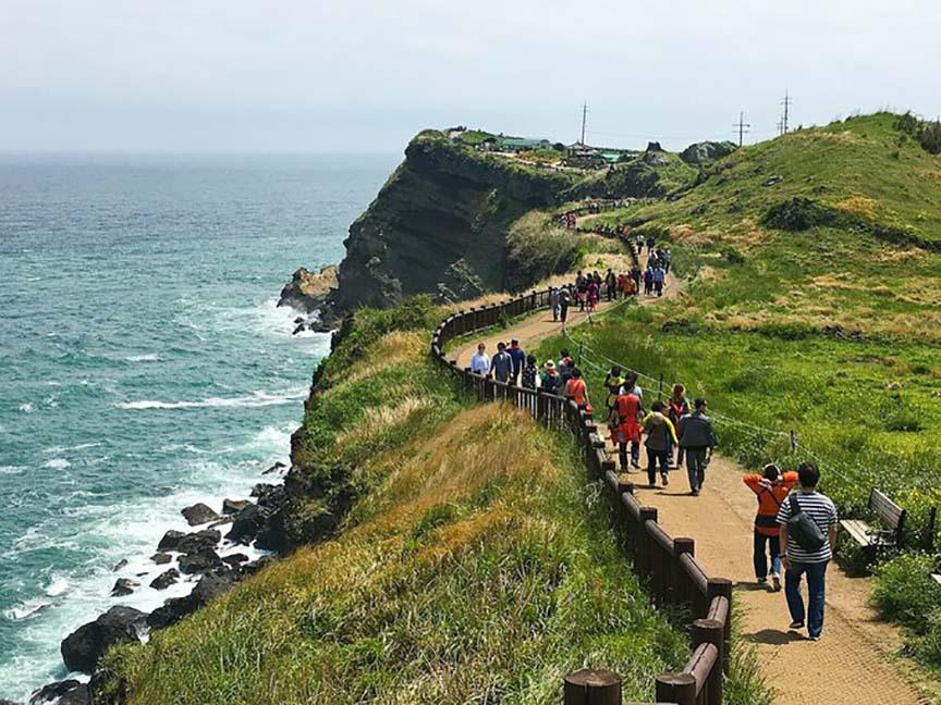 Mặc dịch bùng phát, hàng trăm cặp cưới, hàng nghìn du khách vẫn trốn dịch - tránh áp lực, trầm cảm tại đảo Jeju - Ảnh 3.