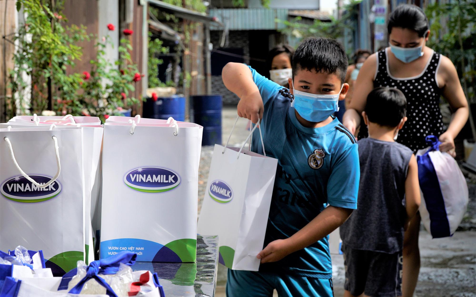 San sẻ khó khăn mùa dịch, Vinamilk tặng 45.000 phần quà cho người dân gặp khó khăn tại TP.HCM, Bình Dương, Đồng Nai