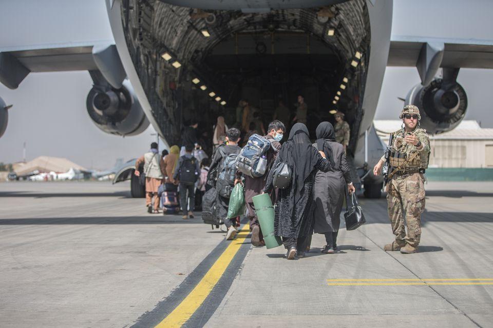 Người dân Afghanistan khẩn trương sơ tán trong bối cảnh G7 họp ứng phó với Taliban - Ảnh 1.